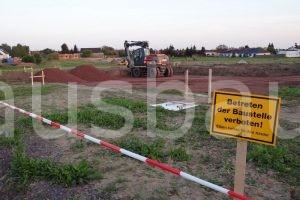 Ergebnis des ersten Bautages: Die Baugrube ist ausgehoben und die erste Schicht Brechkorngemisch ist eingetragen.