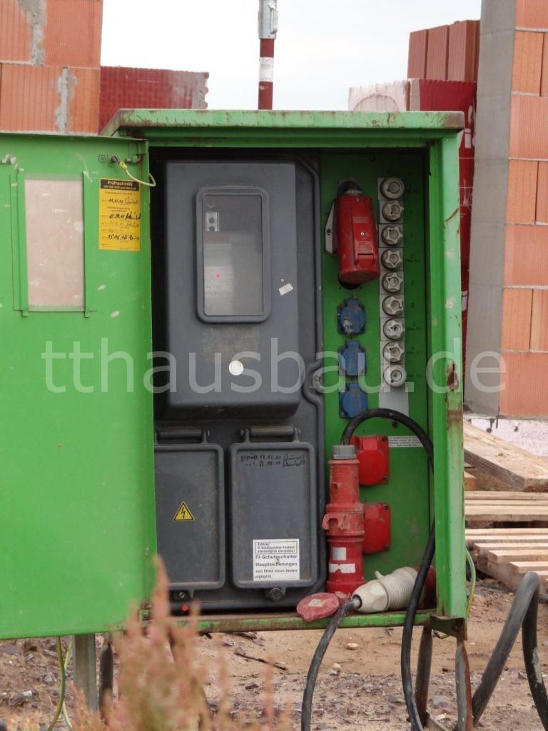 Innenansicht des Baustromverteilerkastens. Drei 230V und drei 400V Steckdosen, eine Reihe Sicherungen und der Stromzähler finden Platz.