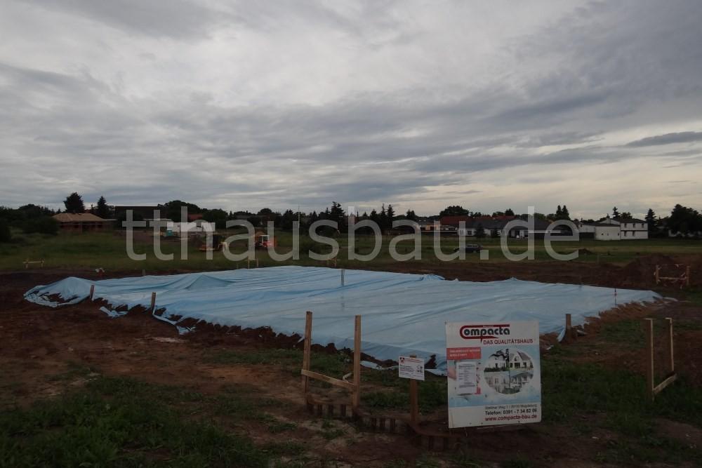 Am Ende des zweiten Tages der Betonarbeiten war die Bodenplatte fertig und vor Wetter geschützt eingepackt.