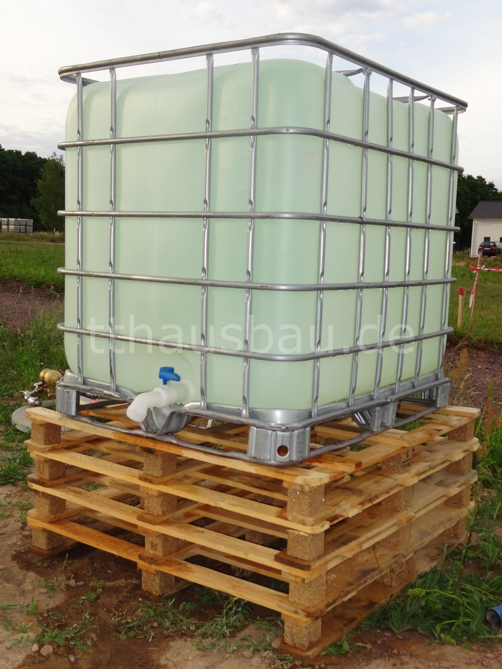 IBC-Tank mit Wasser gefüllt. Unser Vorrat an Bauwasser.