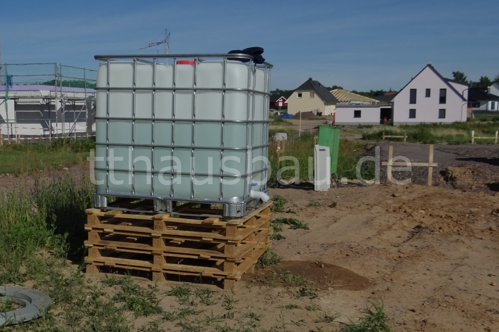 Nach zwei Tagen Mauerarbeiten ist der Bauwasservorrat fast halb leer.