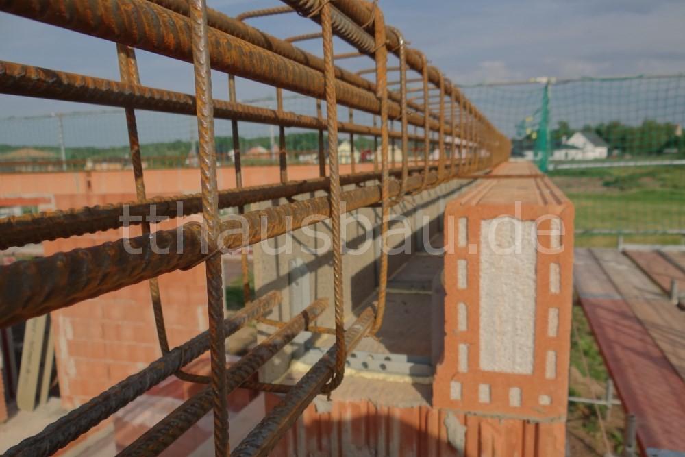 Die Bewehrung über den Terrassentüren im Wohnzimmer wird doppelt so hoch wie der Rest des Ringankers. Hier müssen über drei Meter überbrückt werden.