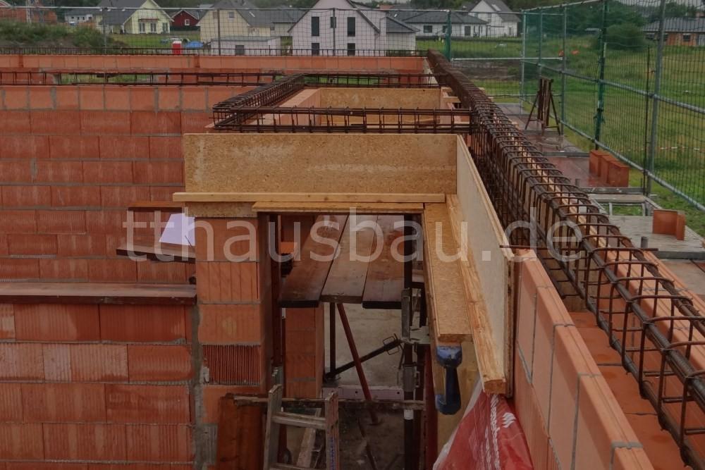 Vor der Betonage wird das Metallkonstrukt in die Schalung bzw. die Schalsteine eingelassen.