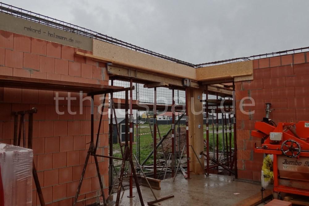 Die Schalung für den Ringanker über den Terrassentüren wurde fertiggestellt.