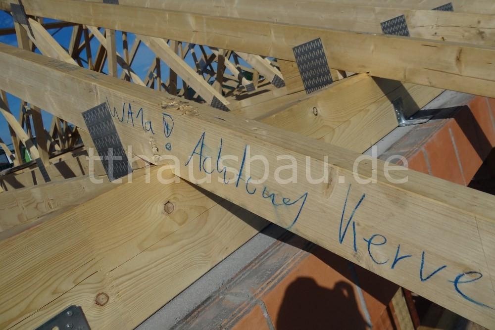 """Der Dachstuhl im Detail. Eine Kerve ist dieses ausgeschnittene """"Dreieck"""" im Sparren, das auf dem Schwellenholz aufliegt (genau unter dem """"!"""")."""