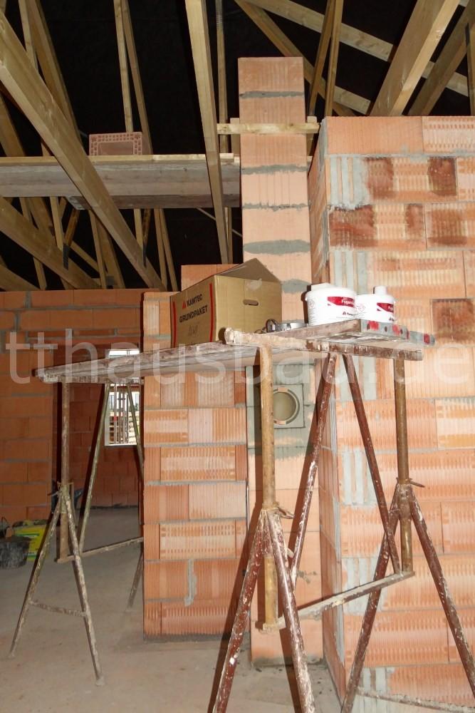 Unser Schornstein, der Wienerberger Kamtec LAS 18 W, ragt schon in den Dachboden hinein.