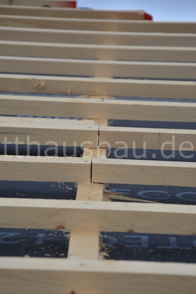 Bei allen Dachlattenstößen, so wie bei den beiden auf dem Foto, hätten zwei Konterlatten nebeneinander verbaut werden müssen. So hätten die Enden der Dachlatten genügend Auflagefläche gehabt.