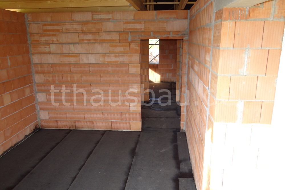 Die Bitumen Schweißbahn wurde auf die Bodenplatte geklebt. Sie dient der Abdichtung.
